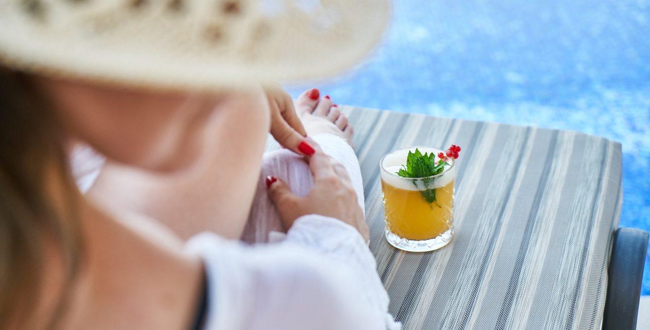 https://pixabay.com/fr/photos/femme-resort-h%C3%B4tel-vacances-eau-4373078/